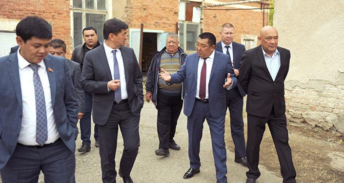 Премьер-министр Мухаммедкалый Абылгазиев в рамках рабочей поездки в Нарынскую область ознакомился с ходом строительства молокоперерабатывающего предприятия.