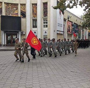 В центре Бишкека бегало много военных — что это было. Видео