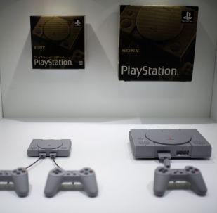 Новая приставка Sony Playstation Classic 2018 года и приставка Sony Playstation Classic 1994 года. Архивное фото