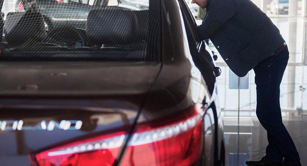 Мужчина у автомобиля. Архивное фото