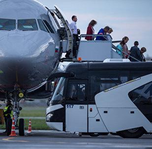 Пассажиры спускаются по трапу с борта самолета. Архивное фото