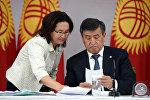 Кыргызстандын президентинин маалымат катчысы Толгонай Стамалиева жана президент Сооронбай Жээнбеков. Архивдик сүрөт