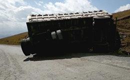 На трассе Бишкек — Ош грузовик протаранил минивэн и опрокинулся. Видео