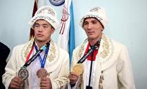 Балбан Акжол Махмудов жана жиу-житсучу Төрөкан Багынбай уулу. Архивдик сүрөт