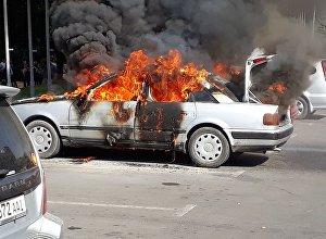 Бишкектин чок ортосунда Audi С4 үлгүсүндөгү унаа өрттөндү
