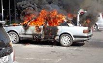 На площади Ала-Тоо в Бишкеке сгорел автомобиль Audi 80