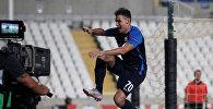 Игрок швейцарского футбольного клуба Цюрих Беньямин Кололи во время матча Лиги Европы в кипрском городе Ларнаке между местным клубом АЕК и Цюрихом