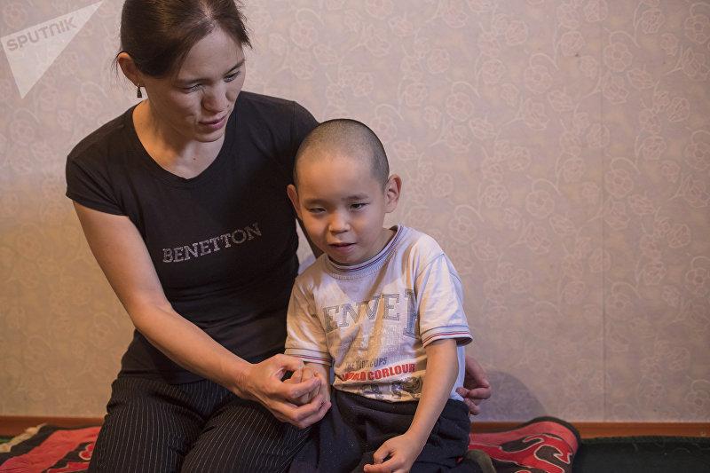 Страдающая высоким глазным давлением и глаукомой с атрофией зрительного нерва Гулмайрам Уйгакова с сыном
