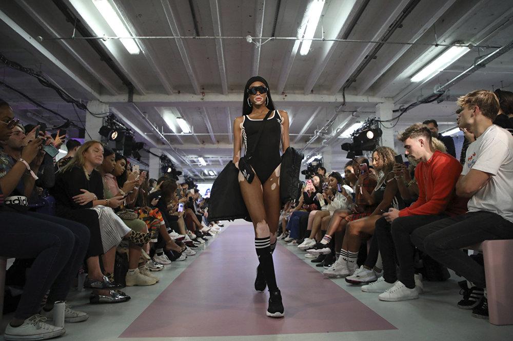 Модель Винни Харлоу Лондондо өткөн Жаз-жай — 2019 мода жумалыгындагы Хейли Болдуиндин коллекциясынын көргөзмөсүндө