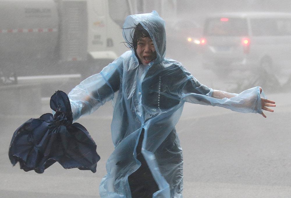 Кытайда төрт адамдын өмүрүн алып, миңдеген имараттарды кыйроого алып келген Мангхут тайфуну