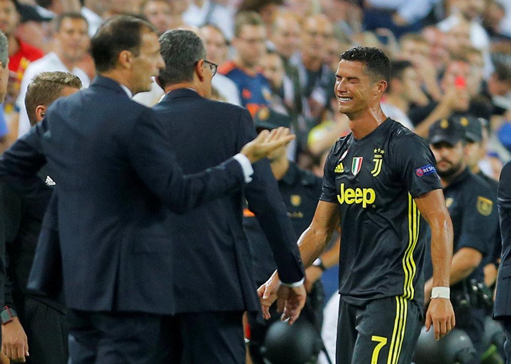 Италиянын Ювентус футбол клубунун чабуулчусу Криштиану Роналду Испаниянын Валенсия командасы менен беттешип жатып, 29-мүнөттө кызыл карточка алып калган. Оюндан четтетилген чабуулчу футбол талаасынан чыгып баратып ыйлап жиберген