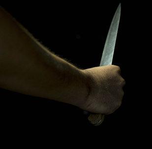 Человек с ножом в руке. Иллюстративное фото