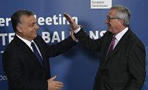Президент Еврокомиссии Жан-Клод Юнкер приветствует премьер-министра Венгрии Виктора Орбана. Архивное фото