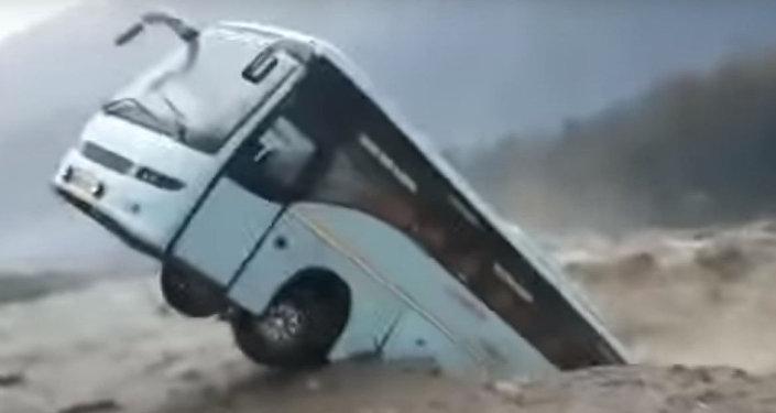 Бурная река унесла большой автобус, как щепку. Видео из Индии