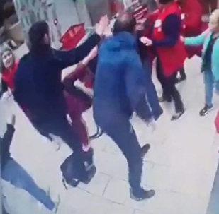 Посетитель магазина устроил стрельбу в супермаркете, защищая жену, — видео