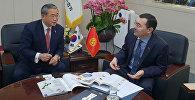 Посол Кылычбек Султан на встрече с главой Корейской ассоциации импортеров (КОИМА) Мьенг Жин Шином