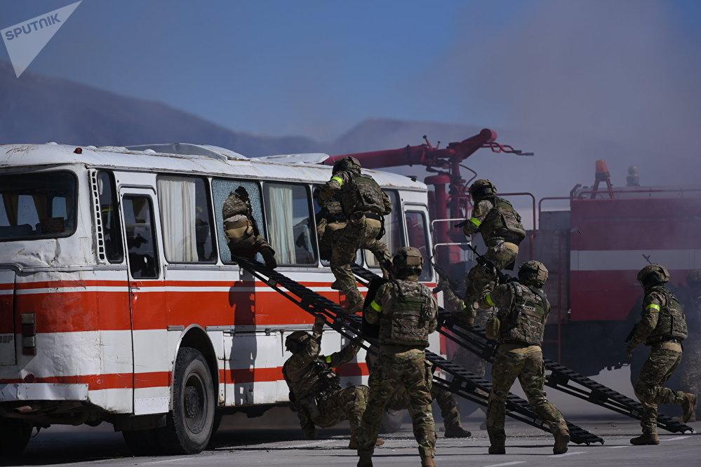 Спецназовцы молниеносно ворвались в салон автобуса. Это был один из самых впечатляющих моментов учений.