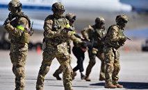 Сотрудники спецназа во время совместных антитеррористических учений компетентных органов государств-участников СНГ Иссык-Куль-Антитеррор-2018 в Балыкчи