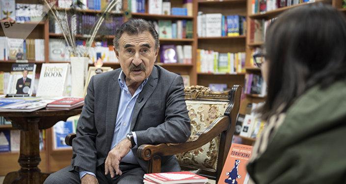 Знаменитый актер театра и кино, ведущий передачи Следствие вели… Леонид Каневский во время съемок в Бишкеке