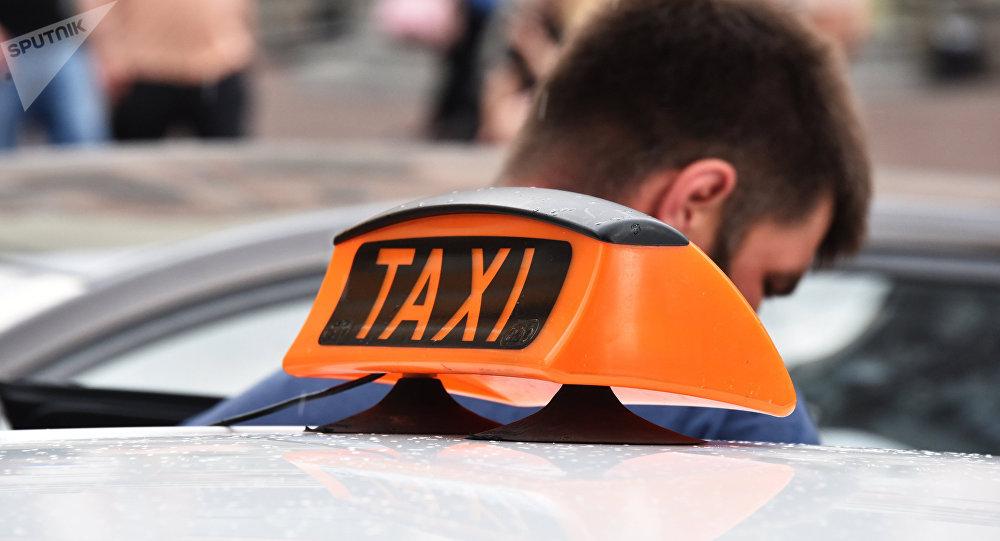 Знак такси на автомобиле. Архивное фото