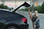 Блондинка закрывает багажник — видео взорвало Сеть