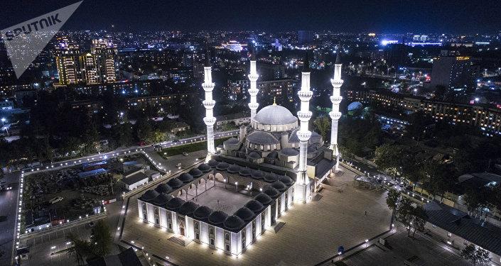 Вид на центральную республиканскую мечеть имени имама аль-Сарахсия, расположенную между улицами Гоголя и Суюмбаева в Бишкеке