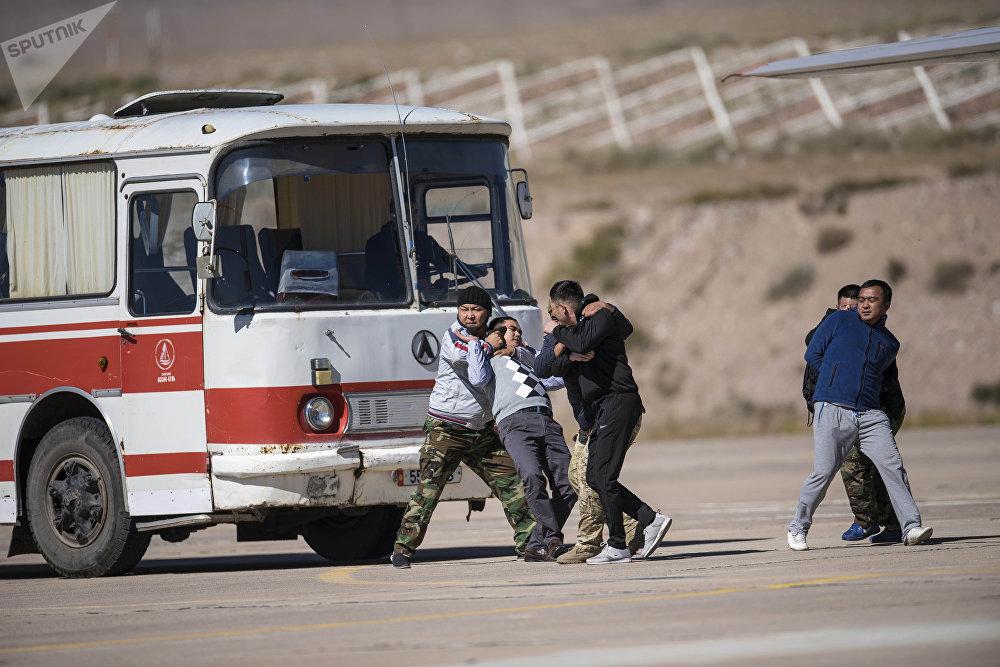 Боевики взяли в заложники троих мужчин и сели в автобус. Они не подозревали, что произойдет через минуту...