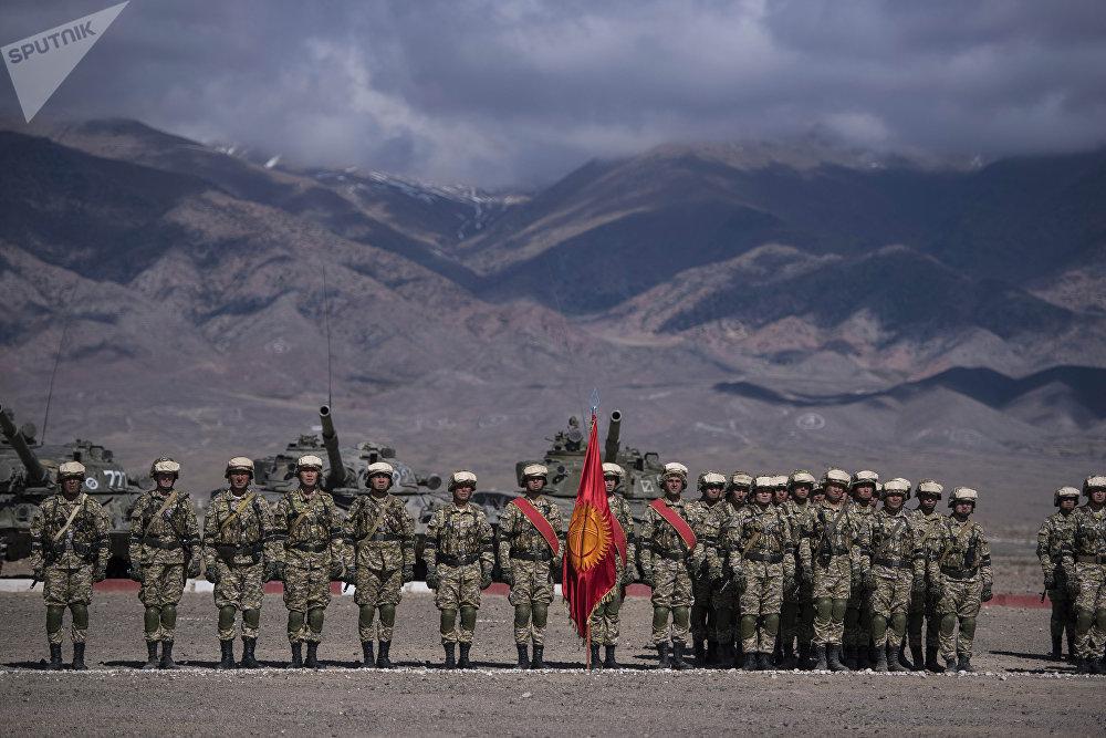 По окончании учений военных наградили медалями и грамотами