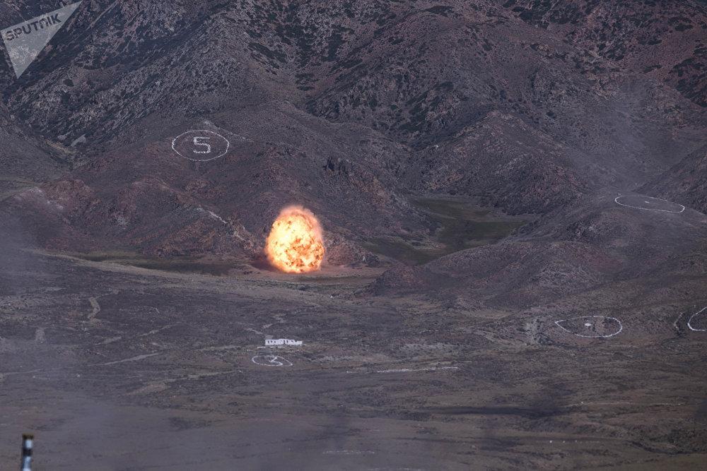 Ракетный комплекс Искандер-М поразил лагерь террористов с расстояния нескольких десятков километров. На учениях был использован ослабленный заряд.