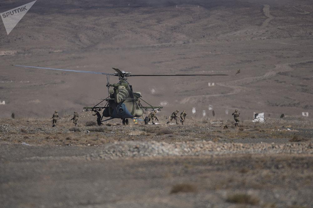 По легенде учений, террористы прорвались в Кыргызстан через границу и обосновались в горах. Страны СНГ оперативно создали объединенный штаб и разработали операцию по ликвидации вооруженных бандформирований.