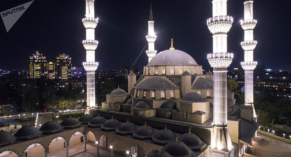 Вид на центральную республиканскую мечеть имени имама аль-Сарахсия. Архивное фото