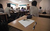 Ученики во время занятий в школе. Архивное фото