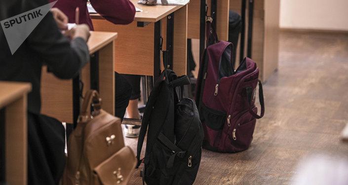 Рюкзаки учеников во время занятий. Архивное фото