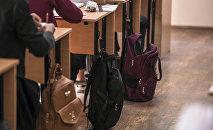 Окуучулардын рюкзактары мектептеги класста. Архив