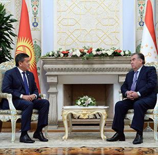 Кыргызстандын президенти Сооронбай Жээнбеков Тажикстандын президенти Эмомали Рахмон. Архивдик сүрөт
