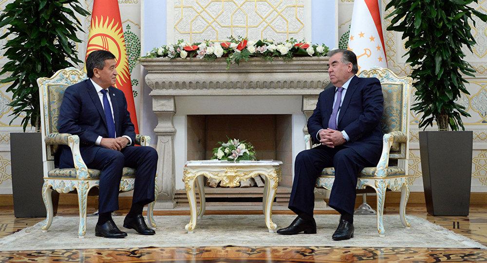 Президент Кыргызстана Сооронбай Жээнбеков во время встречи с главой Таджикистана Эмомали Рахмоном. Архивное фото