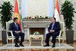 Кыргызстан менен Тажикстандын президенттери Сооронбай Жээнбеков жана Эмомали Рахмон жолугушуу учурунда. Архив
