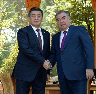 Президент Кыргызстана Сооронбай Жээнбеков с таджикистанским коллегой Эмомали Рахмоном. Архивное фото