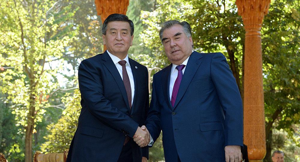 Президент Кыргызстана Сооронбай Жээнбеков с таджикистанским коллегой Эмомали Рахмоном