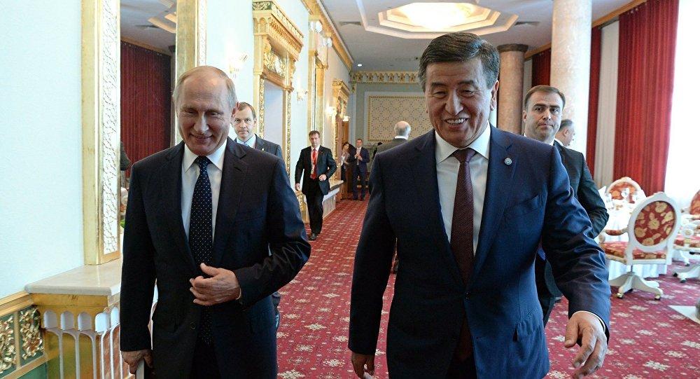 Президент Кыргызстана Сооронбай Жээнбеков во время встречи с главой РФ Владимиром Путиным. Архивное фото