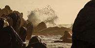 Волны на побережье. Архивное фото
