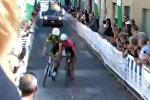 Велогонщики, проехав 130 км, жестко схлестнулись на финишной линии — видео