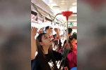 Как пассажирка решила проблему нехватки поручней в автобусе — смешное видео