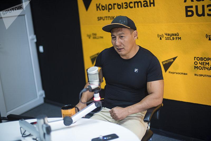 Рефери международного уровня смешанных единоборств Мирбек Буларкиев во время интервью на радиостудии Sputnik Кыргызстан