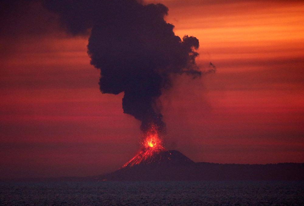 Инди океанында Анак Кракатау жанар тоосу атылууда