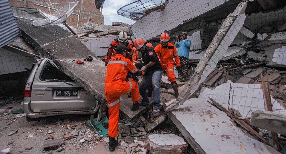 Спасатели эвакуируют пострадавшего при землетрясении в индонезийском городе Палу. 30 сентября 2018