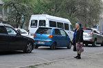 Соцэксперимент: что сделают водители, увидев 80-летнюю бабушку на остановке