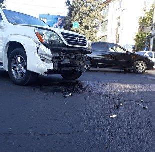 Бишкекте Toyota Avalon менен Lexus GX 470 үлгүсүндөгү унаалар кагышып, жол белгисин талкалап кетти