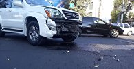 В Бишкеке столкнулись автомобили марок Toyota Avalon и Lexus GX 470, после чего одно из авто снесло дорожный знак