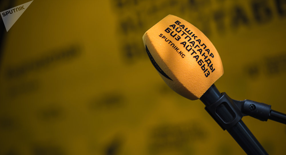 Микрофон в радиостудии Sputnik Кыргызстан. Архивное фото